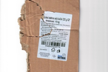 Ve 1200 kg mražených kuřecích stehen z Polska našli veterináři salmonelu. Zásilku objevili ve velkoobchodním skladu v Lounech. Na snímku je etiketa na jednom z balíků zásilky.