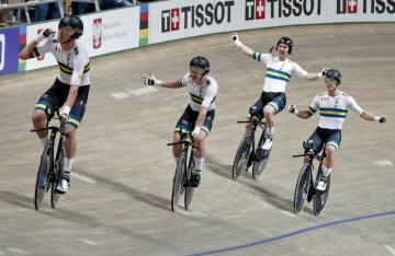 Australští cyklisté se radují z vítězství v závodu týmů na MS dráhařů.