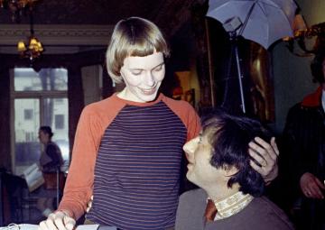 Americký pianista, skladatel a dirigent André Previn a jeho manželka Mia Farrowová na snímku z roku 1971.