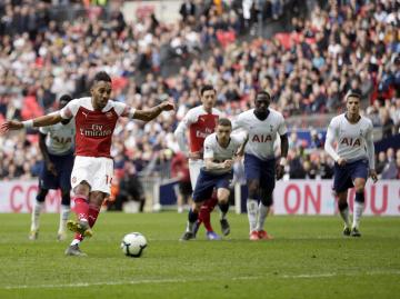 Utkání 29. kola anglické fotbalové ligy Tottenham - Arsenal. Fotbalista Arsenalu Pierre-Emerick Aubameyang (vlevo) právě zahazuje pokutový kop.