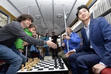 Šachová tramvaj vyjela 5. března 2019 v Praze ze stanice Anděl do stanice Želivského v rámci mezinárodního šachového turnaje Prague International Chess Festival. Na snímku vpravo je šachový velmistr Thai Dai Van Nguyen.