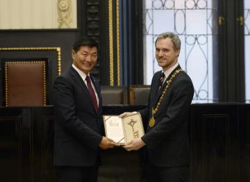 Premiér tibetské exilové vlády Lozang Sanggjä (vlevo) převzal 6. března 2019 na pražské Staroměstské radnici symbolický klíč od primátora hlavního města Zdeňka Hřiba.