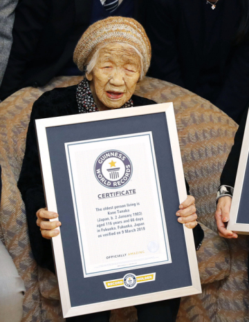 Nejstarším člověkem na světě je Japonka Kane Tanakaová, jíž je 116 let. Na snímku s certifikátem Guinnessovy knihy rekordů.