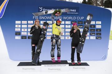 Snowboardistka Ester Ledecká (uprostřed) se raduje z malého křišťálového glóbu v paralelním obřím slalomu. Vlevo je druhá v pořadí Němka Selina Jörgová a vpravo je třetí její krajanka Ramona Theresia Hofmeisterová.