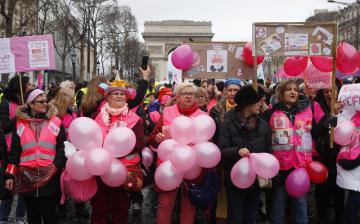 V Paříži demonstrovali učitelky z mateřských škol, oblečené v růžových vestách.