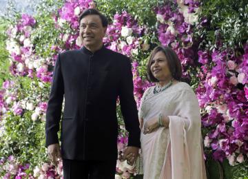 Šéf společnosti ArcelorMittal Lakšmí Mittal s manželkou.