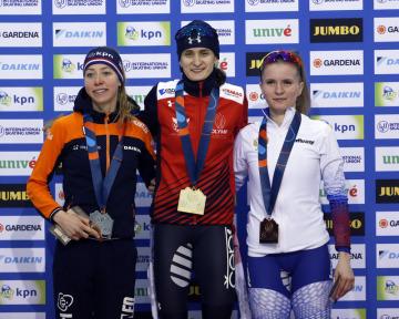 Rychlobruslařky (zleva) stříbrná Esmee Visserová z Nizozemska, vítězná Martina Sáblíková z ČR a bronzová Natalia Voroninová z Ruska na stupních vítězů v závodě SP na 3000 metrů v Kearnsu.