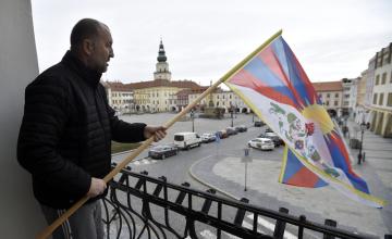 Správce kroměřížské radnice Jan Hrdina vyvěsil 10. března 2019 na budovu úřadu tibetskou vlajku. Město se tím připojilo ke světové kampani Vlajka pro Tibet, kterou si lidé na celém světě připomínají 60. výročí povstání Tibeťanů proti čínské okupaci. Kampaň vznikla v polovině devadesátých let v západní Evropě a chce poukázat na dlouhodobé porušování lidských práv v Tibetu.