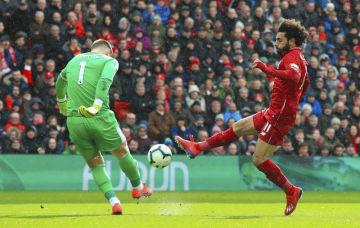 Brankář Burnley Thomas Heaton (vlevo) a útočník Liverpoolu Muhammad Salah v utkání anglické ligy.