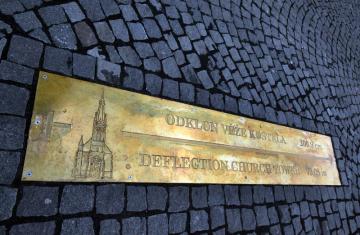 V Ústí nad Labem 11. března 2019 odhalili pamětní desku, která obyvatelům i návštěvníkům města připomíná odklon věže Kostela Nanebevzetí Panny Marie. Jednu z nejvýznamnějších památek města zasáhla při náletu v dubnu 1945 bomba. Od té doby je odklon věže 200,9 centimetru, což z ní činí nejšikmější věž ve střední Evropě. Mosazná šipka na to upozorňuje chodce před vstupem do chrámu na Kostelním náměstí.