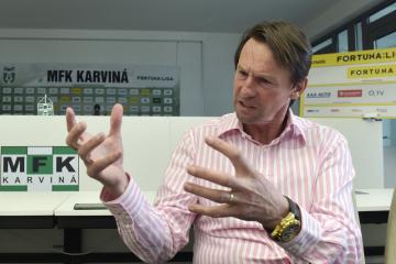 Novým trenérem fotbalistů Karviné se stal František Straka (na snímku při setkání s novináři 13. března 2019 v Karviné).