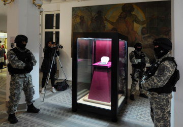 Oblastní muzeum v Mostě vystavilo 14. března 2019 za mimořádných bezpečnostních opatření soupravu zrestaurovaných šperků baronky Ulriky von Levetzow, která proslula jako poslední láska a múza básníka Johanna Wolfganga Goetha. Unikátní sada klenotů z českého granátu (ve vitríně) je vystavena pouze na jeden den, pak se vrátí zpět do trezoru.