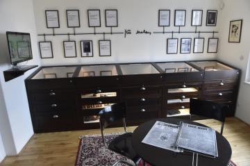 Po osmiměsíční rekonstrukci se 14. března 2019 otevřel Mahenův památník v Brně. Na návštěvníky čeká vedle knihovny také expozice s fotografiemi, dopisy a dalšími předměty ze života básníka a prozaika Jiřího Mahena.