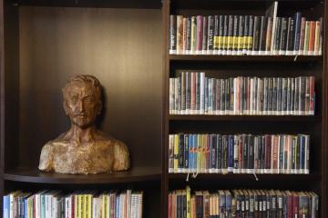 Po osmiměsíční rekonstrukci se 14. března 2019 otevřel Mahenův památník v Brně. Na návštěvníky čeká vedle knihovny také expozice s fotografiemi, dopisy a dalšími předměty ze života básníka a prozaika Jiřího Mahena. Na snímku je Mahenova busta.