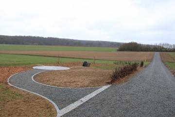 Poblíž německé vesničky Gadheim se po případném odchodu Velké Británie z Evropské unie přesune geografický střed unie. Asi 200 metrů hluboko v poli se rýsuje bod (na snímku z 8. března 2019), který bude podle výpočtu francouzských geografů po brexitu přesně uprostřed EU. V současnosti je střed osmadvacítky v asi 70 kilometrů vzdálené obci Westerngrund.