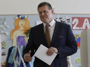 První kolo prezidentských voleb se konalo 16. března 2019 na Slovensku. Na snímku kandidát na hlavu státu Maroš Šefčovič odevzdává svůj hlas v jedné z bratislavských základních škol.