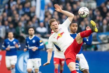 Fotbalista Schalke Weston McKennie (vpravo) a Marcel Halstenberg z Lipska v utkání německé ligy.