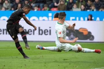 Fotbalista Leverkusenu Leon Bailey (vlevo) a Marco Friedl z Werderu Brémy v utkání německé ligy.