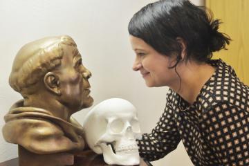 Antropoložka Eva Vaníčková z Moravského zemského muzea představila 19. března 2019 ve Svatojánském muzeu v Nepomuku na Plzeňsku bronzovou plastiku zobrazující pravděpodobnou tvář místního rodáka, ve světě nejznámějšího českého světce Jana Nepomuckého. Antropologové ji rekonstruovali podle jeho lebky, jejíž model je vpravo.