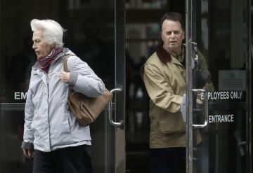 Edwin Hardeman (vpravo) a jeho žena Mary u soudu v San Francisku. Hardeman se u soudu dožaduje uznání, že herbicid Roundup německého chemického a farmaceutického koncernu Bayer způsobuje rakovinu.