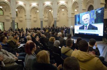 Lidé v budově radnice v bosenském Sarajevu tleskají poté, co soud OSN v Haagu v odvolacím řízení uložil bývalému vůdci bosenských Srbů Radovanu Karadžičovi doživotní trest vězení.