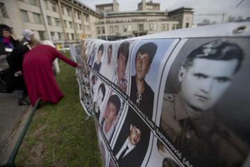 Fotografie lidí, kteří zahynuli nebo zmizeli během války v Bosně, před budovou soudu OSN v Haagu.