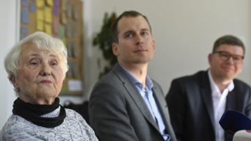Zleva Zdena Mašínová mladší a pražští zatupitelé Jan Čižinský (Praha Sobě) a Jiří Pospíšil (TOP 09) při setkání s novináři po schůzce, na které 25. března 2019 v Praze diskutovali o možné exhumaci ostatků matky Zdeny Mašínové na ďáblickém hřbitově. Zdena Mašínová starší, která byla vězněna nacisty i komunisty, byla pohřbena do hromadného hrobu.