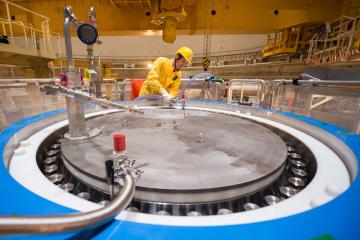 Při plánované odstávce na výměnu paliva testovala Jaderná elektrárna Temelín na reaktorovém sále prvního bloku nový kontejner od firmy Škoda JS na použité palivo. Zkoušky trvaly pět dní. Energetici se zaměřili na hlavní práce při plnění a odvozu kontejneru z reaktorového sálu do skladu použitého paliva. Místo reálného paliva použili maketu. Použité palivo chtějí poprvé do nového kontejneru dát během odstávky druhého bloku, která začne ve druhé polovině června. První temelínský blok je plánovaně odstaven od 1. března, znovu vyrábět by měl od konce dubna. Na snímku z 28. března 2019 je vedoucí vývoje obalových souborů Václav Svoboda při závěrečných pracích na odčerpávání a vysoušení 105 tunového kontejneru po proběhlých testech.