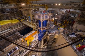 Při plánované odstávce na výměnu paliva testovala Jaderná elektrárna Temelín na reaktorovém sále prvního bloku nový kontejner od firmy Škoda JS na použité palivo. Zkoušky trvaly pět dní. Energetici se zaměřili na hlavní práce při plnění a odvozu kontejneru z reaktorového sálu do skladu použitého paliva. Místo reálného paliva použili maketu. Použité palivo chtějí poprvé do nového kontejneru dát během odstávky druhého bloku, která začne ve druhé polovině června. První temelínský blok je plánovaně odstaven od 1. března, znovu vyrábět by měl od konce dubna. Snímek byl pořízen 28. března 2019 při odčerpávání a vysoušení 105 tunového kontejneru (modrý uprostřed).