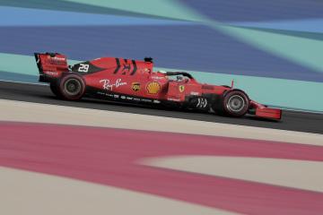 Německý jezdec Mick Schumacher v kokpitu Ferrari při testování vozů formule 1 v Sáchiru.