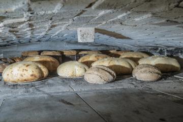 Způsob výroby považuje za nejcennější na svém chlebu Šárka Nemešová, která má malou pekárnu v Dolní Oldřiši na Liberecku nedaleko česko-polské hranice. Vše dělá ručně, peče v dřevem vytápěné peci (na snímku z 2. dubna 2019) zvané roštovka, která se v Čechách používala hlavně v 19. století. Na jednu vsázku se do její pece vejde až 32 chlebů. Peče v ní ale i obří housky, koláče, buchty, vánočky, mazance či bábovky. Zatím je její chléb a pečivo k dostání jen v jedné prodejně ve Frýdlantu a jednou týdně ho vozí i do dvou prodejen v Liberci a několika lidem přímo domů.