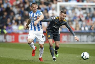 Fotbalista Huddersfieldu Jonathan Hogg (vlevo) a James Maddison z Leicesteru v utkání anglické ligy.