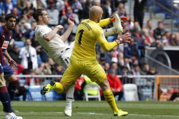 Fotbalista Realu Madrid Gareth Bale (vlevo) a brankář Eibaru Marko Dmitrovič v utkání anglické ligy.