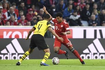 Fotbalista Bayernu Mnichov Serge Gnabry (vpravo) a Abdou Diallo z Dortmundu v utkání německé ligy.