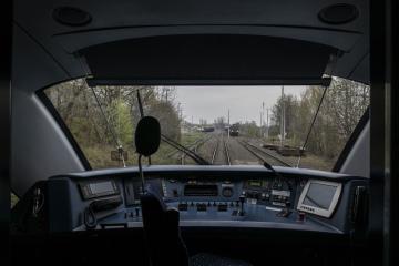 Zvláštní vlak vyjel 9. dubna 2019 pod názvem Okolo Trojzemí z Liberce přes Frýdlant do Zhořelce (německy Görlitz) a zpět do Liberce se vrátil přes Žitavu (Zittau). Propagační jízdou vlaku se snaží Liberecký kraj, Dolnoslezské vojevodství a Sasko o napojení Trojzemí na páteřní evropské železniční tratě. Snímek byl pořízen ve Zhořelci.