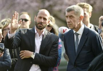 Primátor Mostu Jan Paparega (vlevo) ukázal 9. dubna 2019 premiérovi Andreji Babišovi sociálně vyloučenou lokalitu kolem ulice Jaroslava Seiferta v Mostě.