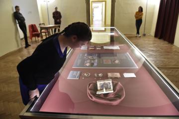 Německy psaná modlitební kniha (ve vitríně v popředí) ze 70. let 15. století, kterou sepsal dominikán Berthold z Freiburku, je jedním ze dvou vzácných zrestaurovaných rukopisů ze sbírek Arcibiskupství olomouckého, které byly 12. dubna 2019 vystaveny v návštěvnickém centru kroměřížského zámku. Veřejnost je má možnost obdivovat vůbec poprvé, kvůli přísnému režimu vystavování budou ale k vidění jen do 14. dubna.