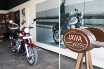 """Jawa showroom v indickém Džajpuru na snímku ze 17. března 2019. Motorky československé značky Jawa zažívají v Indii triumfální návrat. Jawy určené pro místní trh vyrábí v licenční dohodě s českou firmou Jawa Moto spol. v současné době indická společnost Mahindra, která v listopadu představila nový stroj Jawa 300. V březnu bylo po celé Indii otevřeno přes 100 prodejen značky Jawa a v dubnu byly zákazníkům předány první motocykly Jawa 300 a Jawa 42. Jawa začala vyvážet motocykly do Indie po druhé světové válce. V roce 1961 se začaly v Indii vyrábět motocykly Jawa v licenci Ideal Jawa Ltd., které byly od roku 1971 do roku 1996 prodávány pod značkou Yezdi. Podle legendy je název odvozen od českého slova """"jezdí""""."""