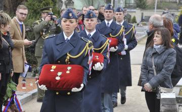 Do rodinného hrobu ve Šlapanicích na Brněnsku uložili 13. dubna 2019 ostatky válečného veterána Miroslava Liškutína, který za druhé světové války sloužil v Británii v řadách Královského letectva (RAF). Rodák z nedalekých Jiříkovic zemřel 19. února 2018 ve Farehamu v jižní Anglii, bylo mu 98 let. Na šlapanickém hřbitově vlály české i britské vlajky, zazněly hymny obou států a Liškutínova rodina přivítala hosty jak v češtině, tak angličtině. Nad hřbitovem přeletěly stíhací letouny, zazněla čestná salva, přišly desítky lidí včetně dalších veteránů a současných vojáků.