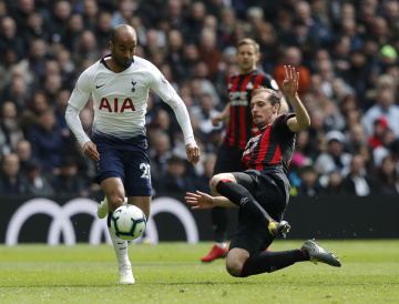 Fotbalista Tottenhamu Lucas Moura (vlevo) a hráč Huddersfieldu Erik Durm.
