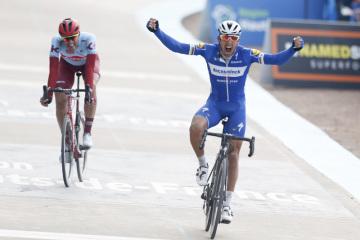 Belgický cyklista Philippe Gilbert (vpravo) se raduj ze svého vítězství v závodě Paříž-Roubaix. Vlevo je  Nils Politt z Německa.