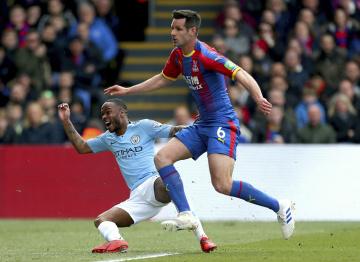 Fotbalista Manchesteru City Raheem Sterling (vlevo) se raduje ze svého gólu v utkání anglické ligy s Crystal Palace.