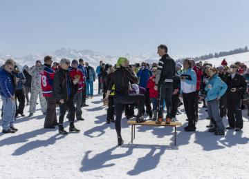 Franck Piccard (stojící na lavičce) v rozhovoru s účastníky letošního setkání Mezinárodního ski-klubu novinářů (SCIJ) 28. března 2019 v Les Saisies ve francouzských Alpách. Sjezdař Piccard, který v roce 1988 vyhrál v Calgary první olympijský superobří slalom, se dal na dálkový běh na lyžích.