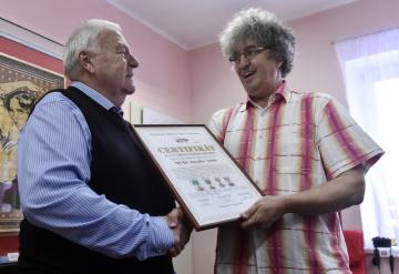 Osmdesátiletý lékař Jaroslav Adam z Turnova převzal 15. dubna 2019 v Pelhřimově od prezidenta agentury Dobrý den Miroslava Marka (vpravo) certifikát o vytvoření českého rekordu za největší sbírku umělecky zpracovaných kostek v Česku.