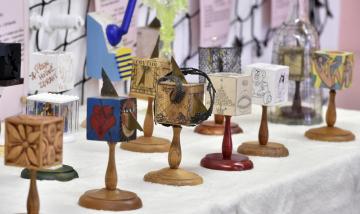Muzeum rekordů a kuriozit v Pelhřimově představilo 15. dubna 2019 část sbírky umělecky zpracovaných kostek sběratele Jaroslava Adama z Turnova. Osmdesátiletý lékař se s ní dostal mezi české rekordy, jeho sbírka umělecky zpracovaných kostek je největší v Česku. Sběratel má 82 kostek, většinou dřevěných a ozdobených originálními kresbami od oslovených výtvarníků a dalších umělců. Některé kousky do jeho sbírky vyrobili také umělečtí kováři, skláři nebo dráteníci.