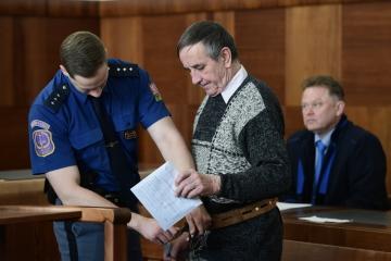 Vrchní soud v Praze projednal 16. dubna 2019 odvolání v kauze seniora Jaromíra Baldy (uprostřed), který si má odpykat čtyři roky vězení za teroristický útok spočívající v pokácení dvou stromů na vlakové koleje.
