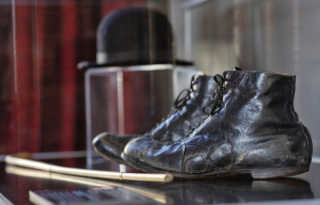 Vitrína s originály bot, klobouku a kopií vycházkové bambusové hůlky komika Charlieho Chaplina na snímku pořízeném 16. dubna 2019 v pražské rezidenci britského velvyslance Nicka Archera. Exponáty má velvyslanec zapůjčené z Národního technického muzea. Veřejnost bude moci memorabilie vidět například při nadcházejícím festivalu britských filmů, který se uskuteční v rámci letošních oslav stého výročí vytvoření britského velvyslanectví v Praze.