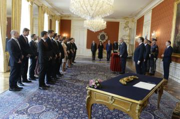 Prezident Miloš Zeman jmenoval 17. dubna 2019 v Praze soudce obecných soudů. Vpravo je ministr spravedlonosti Jan Kněžínek.