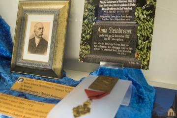 Jihočeské muzeum otevřelo 17. dubna 2019 výstavu Johann Steinbrener: příběh vimperského knihtisku. Na snímku je podobenka Johanna Steinbrenera a rytířský kříž Řádu císaře Františka Josefa.