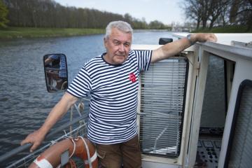 Kapitán Václav Polák na palubě výletní lodi Arnošt z Pardubic na snímku pořízeném 17. dubna 2019 v Pardubicích.